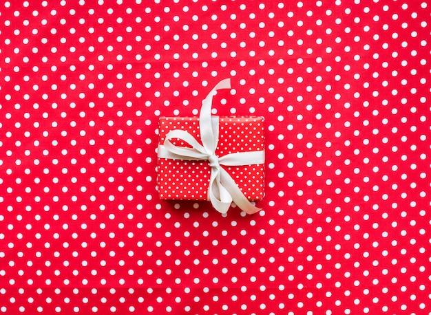 Feier-, parteihintergrundkonzeptideen mit geschenkbox vorhanden im roten punktmuster