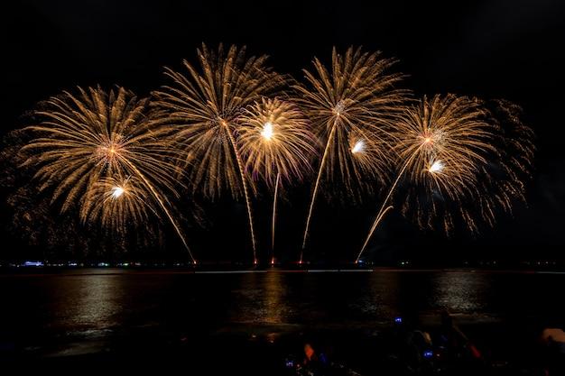 Feierfeuerwerk nachts auf der seepattaya-stadt thailand