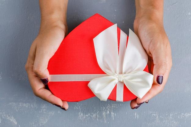 Feierkonzept. frau hält geschenkbox.