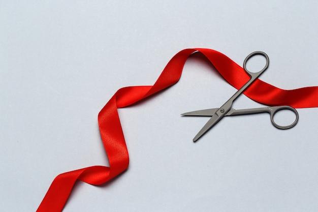 Feierliche eröffnung mit einer schere und einem roten band dargestellt