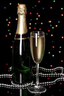 Feierlicher champagner mit weinglas auf weihnachtsbeleuchtung