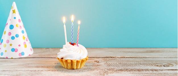Feierlicher cupcake mit kerzen. dekorationen für einen geburtstag oder urlaub.