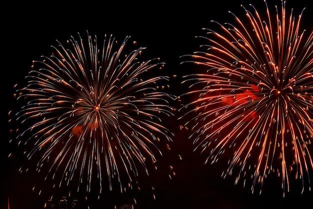 Feierliches buntes helles feuerwerk in einem nachthimmel für hintergrund