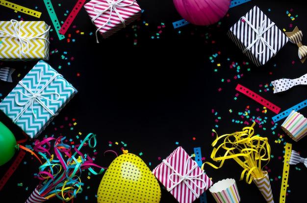 Feiern oder feiern sie konzepte mit farbenfrohen jubiläumsstützen auf dunkelheit