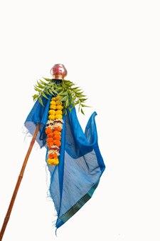 Feiern sie das traditionelle festival gudhi padwa, gudhi padwa ist das marathi-neujahrsfest