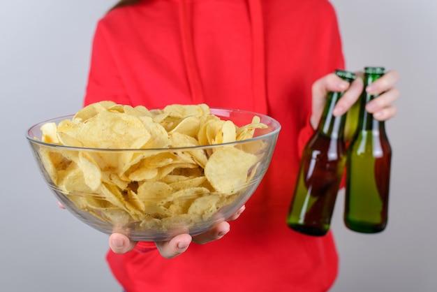 Feiern sie freunde party zu hause konzept. beschnittenes nahaufnahmefoto-porträt der fröhlichen aufgeregten netten schönen dame, die vollen großen großen teller mit leckerem leckerem essen lokalisierte graue wand hält