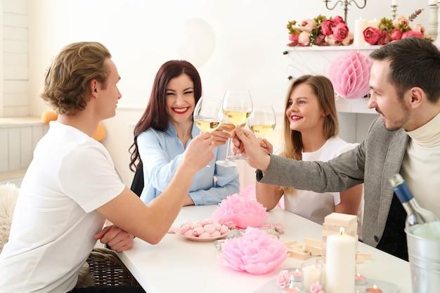 Feiern sie zu hause mit freunden
