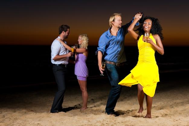 Feiern und tanzen am strand