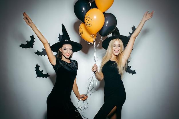 Feiern von frauen in halloween-kostümen