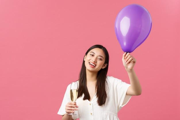 Feierpartyfeiertage und spaßkonzept zarte hübsche asiatische frau im weißen kleid, das ballon hält ...