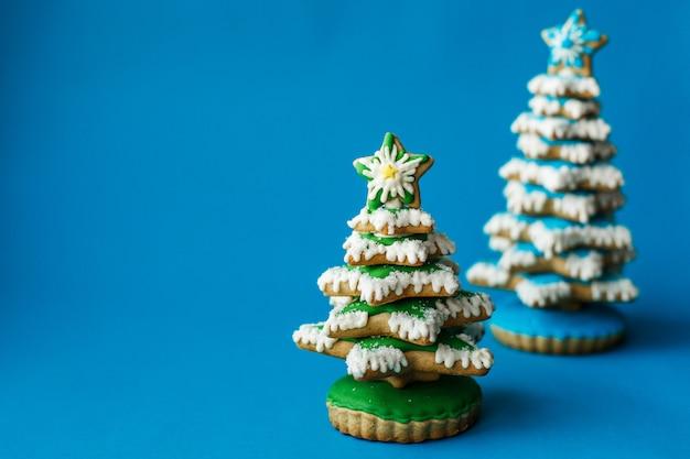 Feiertag des weihnachtsneuen jahres, rotes weihnachtssocken-lebkuchenplätzchen auf blau