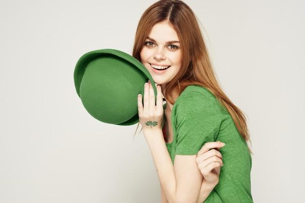 Feiertag st. patrick's day shamrock mädchen spaß grüne kleidung licht wand.