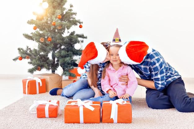 Feiertage und festliches konzept - glückliches familienporträt am weihnachtsbaum.