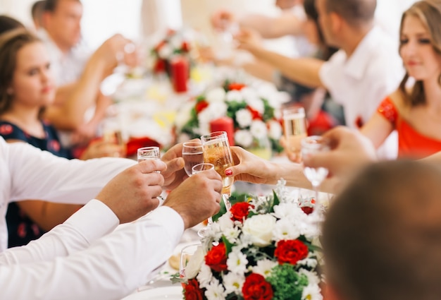 Feiertags-ereignisleute, die mit champagner sich zujubeln.