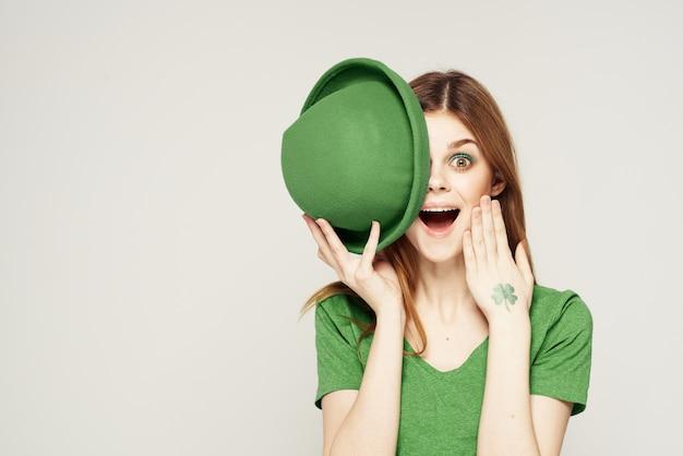 Feiertags-kleeblattmädchen-spaß des kleinen kleiders des grünen patrick's day