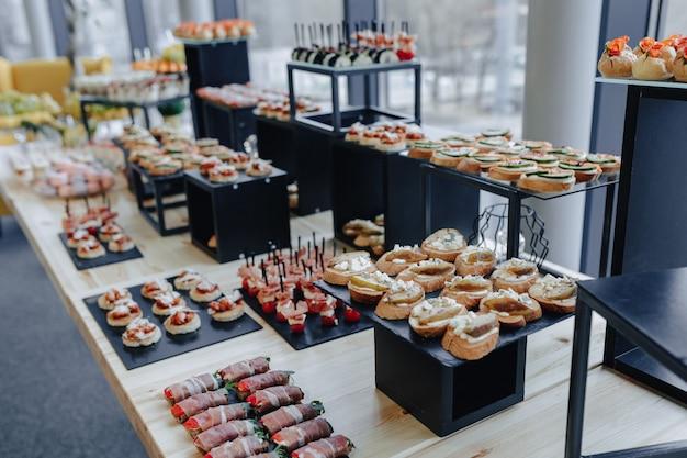 Feiertags salziges buffet mit verschiedenen gemüse- und fleischaromen