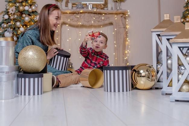 Feiertags- und geschenkkonzept - nahaufnahme der familieneröffnungsgeschenke zur weihnachtszeit