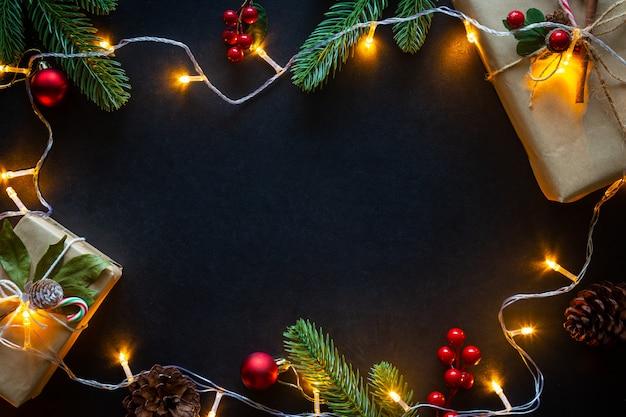 Feiertags-weihnachtsfestliche dekoration auf einem schwarzen hintergrund von der ebenenlage.