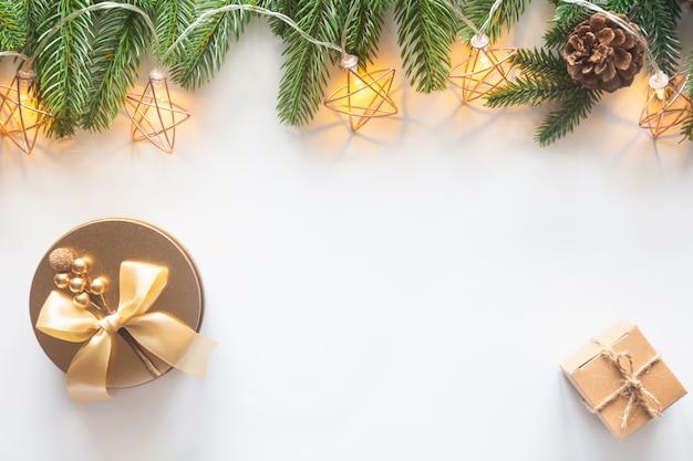 Feiertags-weihnachtskartenhintergrund mit festlicher dekoration
