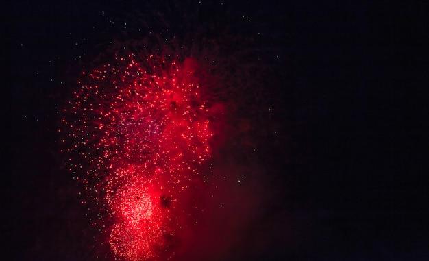Feiertagsfeuerwerkshintergründe mit funken, farbigen sternen und hellen nebelflecken auf schwarzem nachthimmeluniversum, kometen. erstaunliche schönheit buntes feuerwerk zum feiern, zeigt. urlaubshintergründe