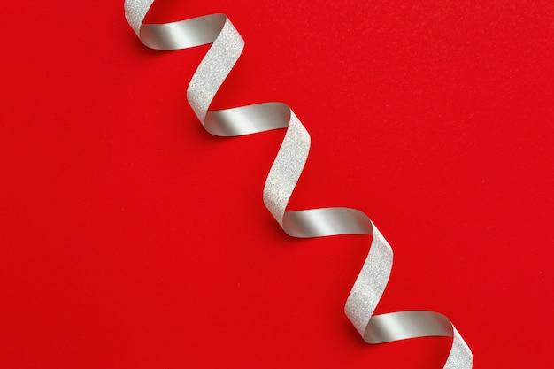 Feiertagshintergrund mit kopienraum. silber spiralband