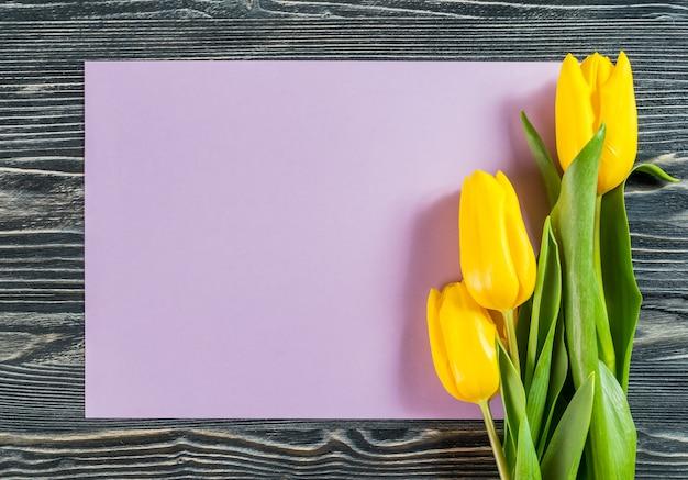 Feiertagspostkarte mit leerem papierblatt und blumen, blumenhintergrund