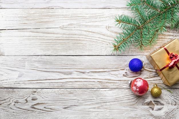 Feiertagsrahmen von weihnachtsdekorationen auf weißem hintergrund