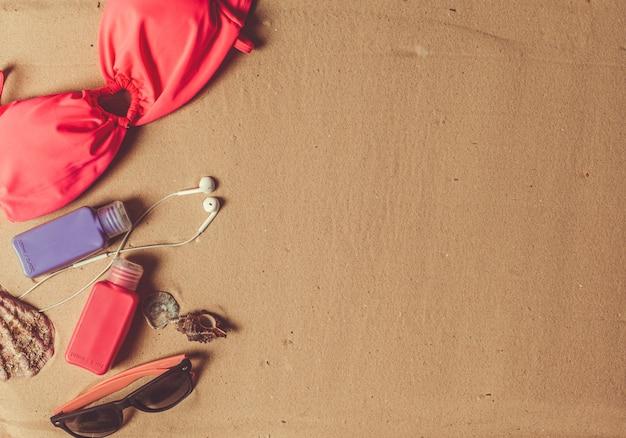 Feiertagszubehör auf sandstrand