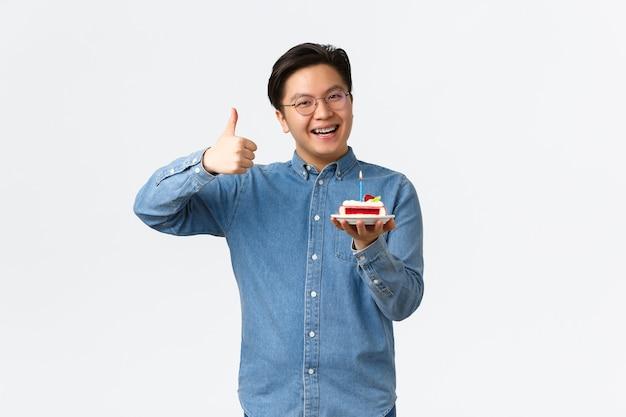 Feierurlaub und lifestyle-konzept optimistischer, gutaussehender asiate mit zahnspange empfehlen bäckereien...