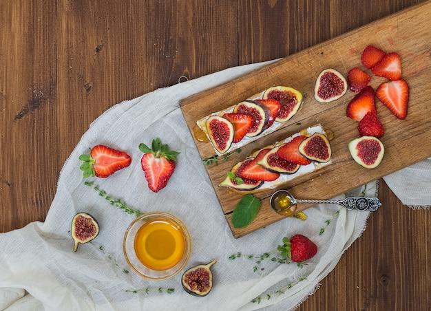 Feigen- und erdbeerziegenkäsesandwiche mit honig