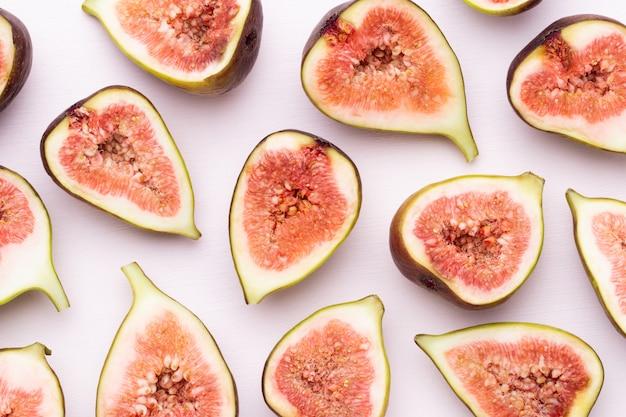Feigenfrüchte isoliert auf weiß. draufsicht. flaches legemuster