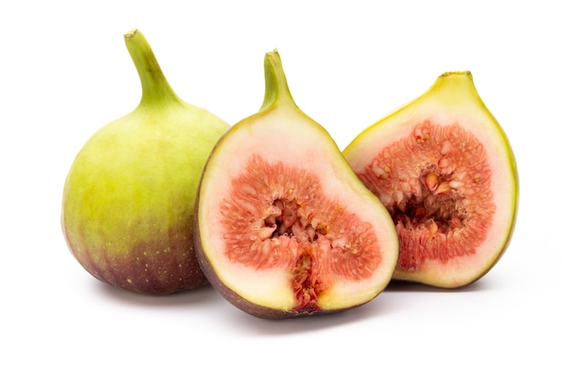 Feigenfrüchte isoliert auf weiß isoliert. draufsicht. flaches legemuster