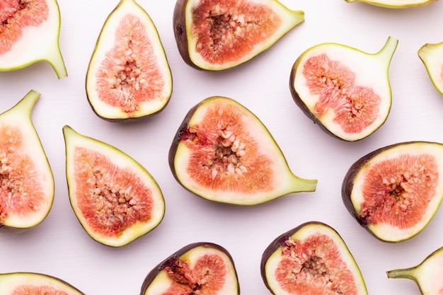 Feigenfrüchte isoliert auf weißem raum. draufsicht. flaches legemuster