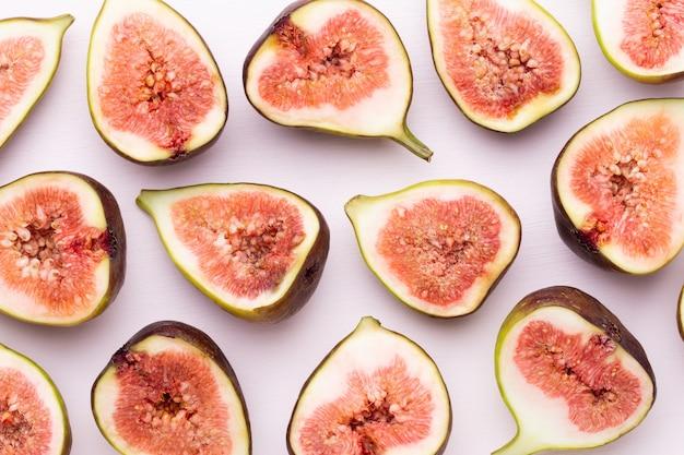 Feigenfrüchte isoliert auf weißem tisch