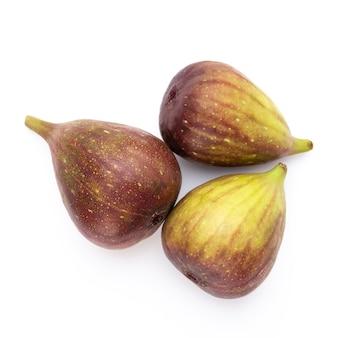 Feigenfrüchte isoliert auf weißer oberfläche. draufsicht. flaches legemuster