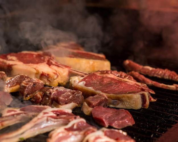 Fein geschnittene lammfleischstücke werden auf einem eisengitter gekocht