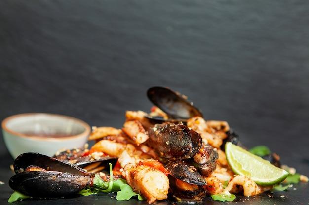 Feine küche mit meeresfrüchten im restaurant. leckeres essen