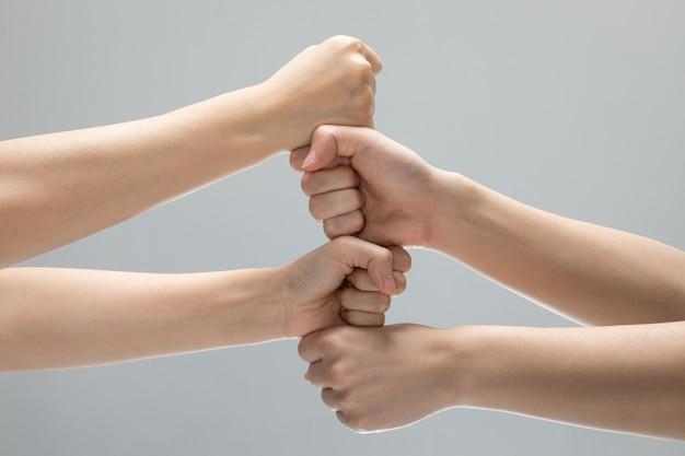 Feine teamarbeit handgesten auf grauem hintergrund