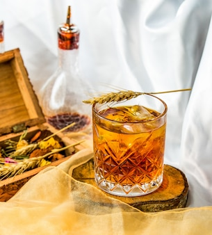 Feiner gemischter schottischer whisky in einem glas.