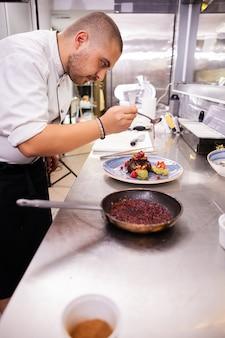 Feines küchendesign von chefkoch in seiner restaurantküche