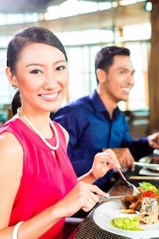 Feines speisen der asiaten im restaurant