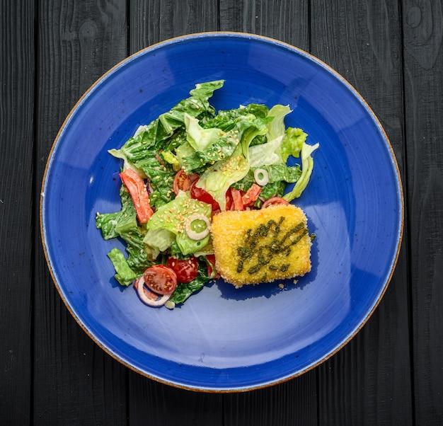 Feinschmecker-salat mit runden gebratenem ziegenkäse.