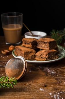 Feinschmeckerische schokoladenkuchen und vorderansicht des siebs