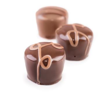 Feinschmeckerische schokoladentrüffel auf weiß