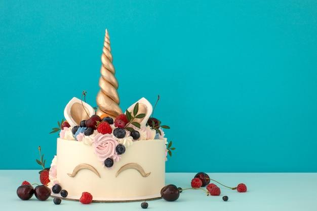 Feinschmeckerischer einhornkuchen mit rosa und purpurroter buttercreme