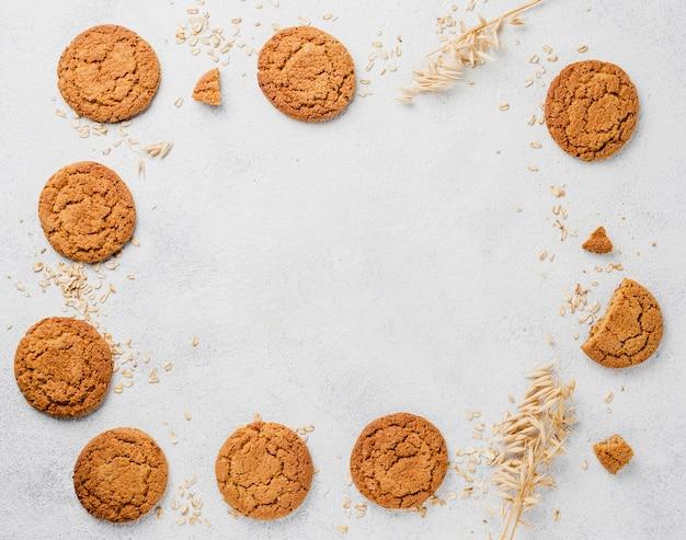 Feld der draufsicht der kekse und der krumen mit kopienraum