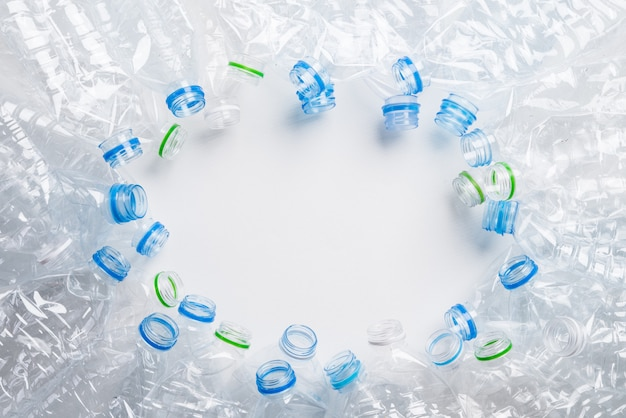 Feld des benutzten plastikflaschenhintergrundes