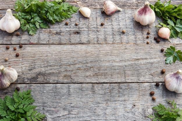Feld des grünen paprikas des knoblauchs auf hölzernem hintergrund. selektiver fokus platz kopieren