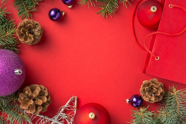 Feld des weihnachtsdekorations-rahmenhintergrundes auf roter draufsicht