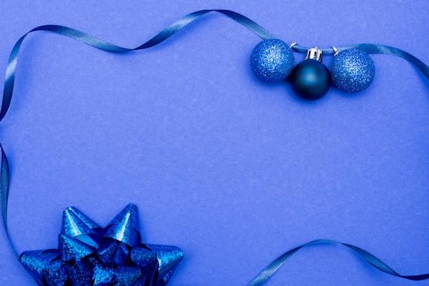 Feld gemacht mit hellem weihnachtsflitter, -bogen und -band